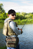 Ein Fischen des jungen Mannes Lizenzfreie Stockbilder