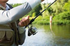 Ein Fischen des jungen Mannes Lizenzfreie Stockfotos
