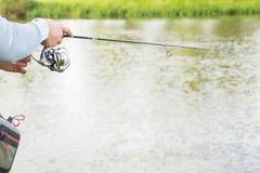 Ein Fischen des jungen Mannes Stockfoto