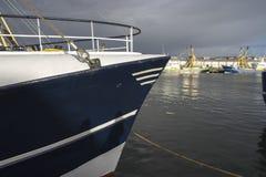 Ein Fischenschleppnetzfischer an den Docks des Hafens von Ijmuiden mit herein lizenzfreies stockfoto