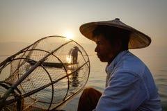 Ein Fischer auf dem Boot in Shan-Staat, Myanmar Lizenzfreies Stockfoto