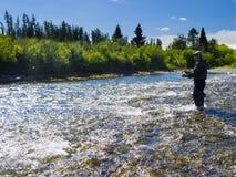 Ein Fischer auf dem Fluss lizenzfreie stockbilder