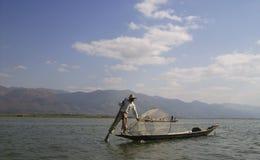 Ein Fischer bereitet seine Falle vor stockfoto