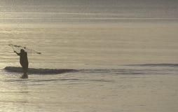 Ein Fischer, der morgens an Thailand-Golf fischt Lizenzfreies Stockbild