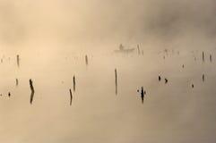 Ein Fischer in einem boa.t frühen Morgen. Lizenzfreie Stockfotografie