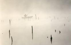 Ein Fischer in einem Boot. Früher Morgen. Stockfotografie