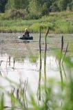 Ein Fischer in einem Gummi- Boot auf einem See in Mittel-Russland Lizenzfreies Stockfoto