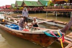 Ein Fischer verkauft seinen Fang stockfotografie