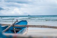 Ein Fischerboot, das heraus sehnsüchtig dem Meer betrachtet Lizenzfreies Stockbild
