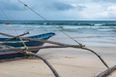 Ein Fischerboot, das heraus sehnsüchtig dem Meer betrachtet Lizenzfreie Stockfotografie