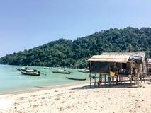 Ein Fischerdorf an der Inseln in Südostasien lizenzfreie stockfotos