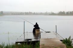 Ein Fischermönch mit Angelrute Stockfotos