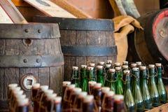 Ein Flaschenkasten gestapelt auf ein hölzernes Fass an einem Dachboden einer Bierbrauerei Stockbild