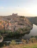 Ein Fliegenballon über dem Alcazar von Toledo und von Tajo, Toledo, Spanien, Europa Stockfotografie
