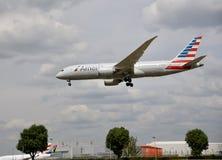 Ein fliegendes Flugzeug von American Airlines stockfotografie