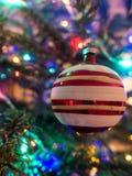 Ein Flitter, der an einem Weihnachtsbaum hängt Stockbild