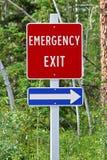 Ein Fluchtwegzeichen mit einem Pfeil, der die Richtung anzeigt Lizenzfreie Stockfotos
