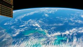 Ein Flug über der Erde-` s Oberfläche, genommen von einer Raumstation Bewegung von Sonnenkollektoren stock abbildung