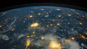 Ein Flug über der Erde-` s Oberfläche, genommen von einer Raumstation Die Nordlichter und der einwachsende Stern von Höllenerde vektor abbildung