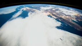 Ein Flug über der Erde-` s Oberfläche, genommen von einer Raumstation Elemente dieses Videos geliefert von der NASA vektor abbildung