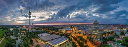 Ein Flug ?ber Munichs Olympia Park an der Gl?ttungsstunde lizenzfreies stockfoto