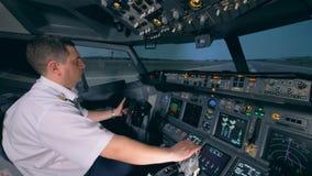 Ein Flugsimulator zeigt, Prozess unter Lehrer ` s Steuerung entfernend stock footage