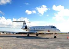 Ein Flugzeug auf der Laufbahn Stockfotografie