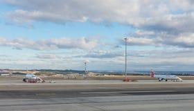 Ein Flugzeug bereitet vor sich, auf der Rollbahn des Anschlusses T4 die Anzeige zu starten Stockbilder