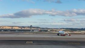 Ein Flugzeug bereitet vor sich, auf der Rollbahn des Anschlusses T4 die Anzeige zu starten Lizenzfreie Stockfotografie