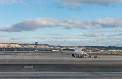 Ein Flugzeug bereitet vor sich, auf der Rollbahn des Anschlusses T4 die Anzeige zu starten Stockfoto