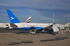 Ein Flugzeug Boeing 787 XiamenAir Dreamliner bei Sydney Airport schloss an aerobridge an Stockfotos