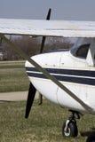 Ein Flugzeug geparkt. Lizenzfreie Stockbilder