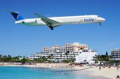 Ein Flugzeug Insel Airs MD80 landet über Maho Beach in St Martin Lizenzfreie Stockfotografie