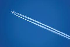 Flugzeug mit Contrail Stockfotos