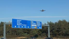 Ein Flugzeug nähert sich der Rollbahn von Frankfurt-Flughafen stock video