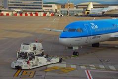 Ein Flugzeug Tow Tractor Moving eine Fläche Stockbild