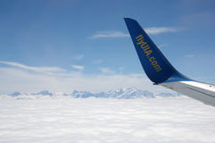 Ein Flugzeugflügel über Wolken Stockfoto