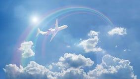 Ein Flugzeugfliegen über blauen Wolken lizenzfreie stockbilder