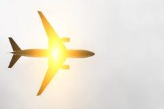 Ein Flugzeugfliegen hinter Sonne Lizenzfreie Stockfotografie