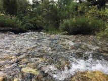 Ein Fluss in den Bergen lizenzfreies stockbild