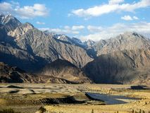 ein Fluss in den felsigen Bergen lizenzfreies stockbild