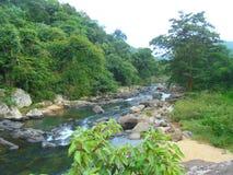 Ein Fluss, der unten langsam fällt stockfotografie