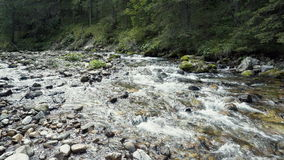 Ein Fluss fließt über Felsen Stockfotos