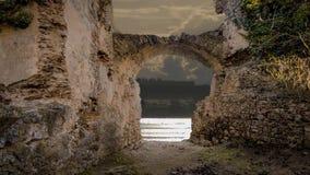Ein Fluss gesehen aus einer Ruine stock video footage