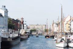 Ein Fluss kreuzt die europäische Stadt lizenzfreies stockbild