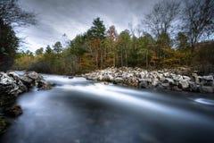 Ein Fluss läuft durch ihn Stockbild