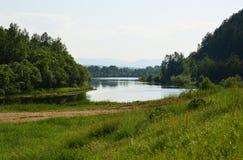 Ein Fluss in Sibirien Die Stadt im Abstand RAUM FÜR BEDECKUNGSschlagzeile UND TEXT tag Stockfotografie