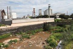 Ein Fluss verunreinigt mit Abfall von einer nahe gelegenen Fabrik Stockfotos