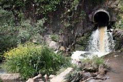 Ein Fluss verunreinigt mit Abfall von einer nahe gelegenen Fabrik Lizenzfreie Stockfotos