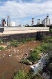 Ein Fluss verunreinigt mit Abfall von einer nahe gelegenen Fabrik Lizenzfreies Stockfoto